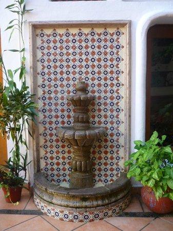 Catedral Vallarta Boutique Hotel: Brunnen im Hof mit mexikanischen Kacheln