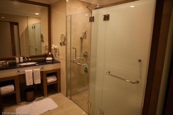 Royale Chulan Kuala Lumpur: amazing bathroom, do read the notice on the shower door, towel changing instructions!