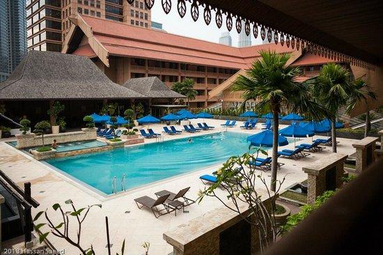 Royale Chulan Kuala Lumpur: beautiful pool! petronas towers barely visible in the far corner