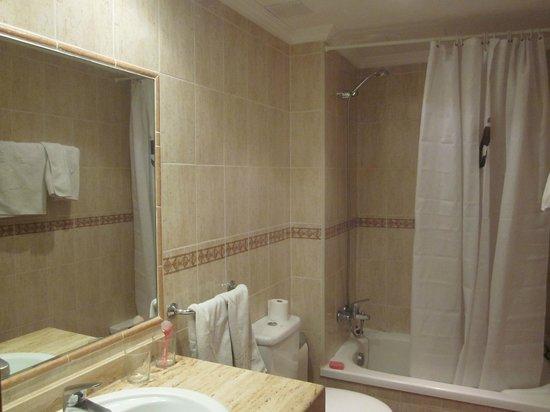 Hotel THB Flora: Baño