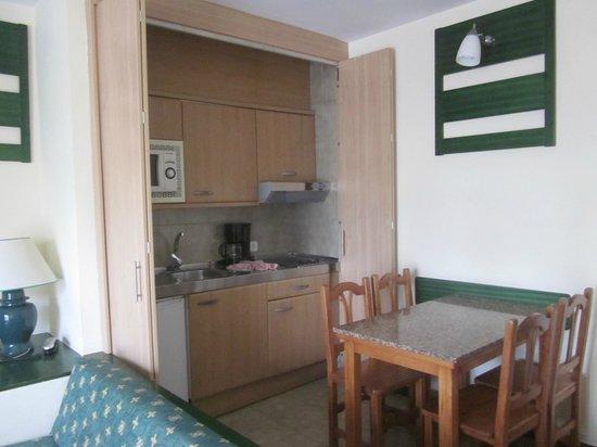 Hotel THB Flora: Vista cocina y salón