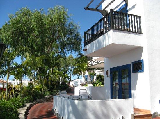 Hotel Jardin Tecina : View of upstairs rooms with balcony
