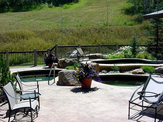 Bear Paw Lodge, Beaver Creek : Bear Paw Hot Tubs Summer
