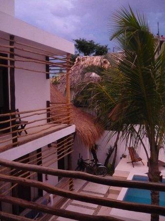 Hotel Latino: Hof bei Sonnenuntergang