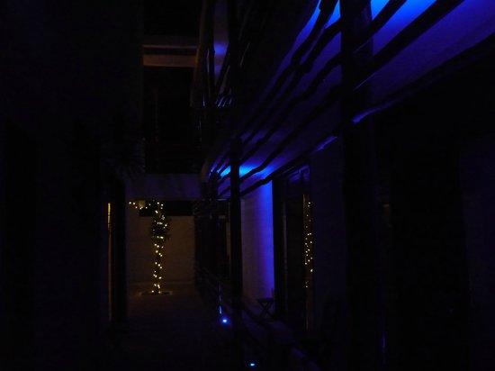 Hotel Latino: abends indirekte Beleuchtung im Hof