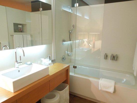Hotel Omm: Bathroom