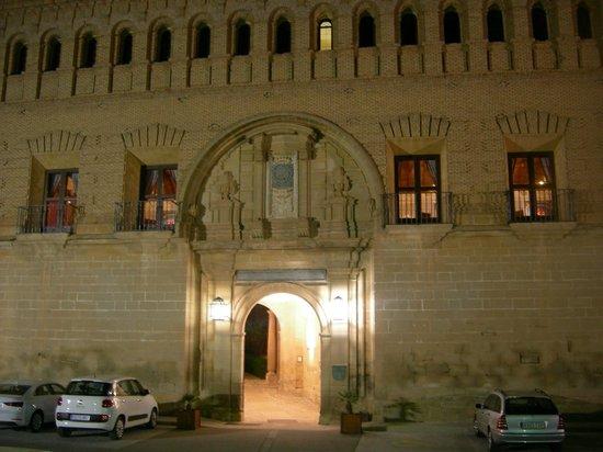 Parador de Alcañiz: Fachada nocturna