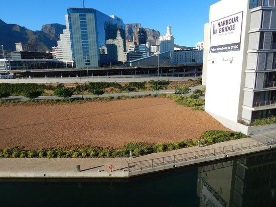 AHA Harbour Bridge Hotel & Suites: Vista da varanda com canal e Table Mountain ao fundo