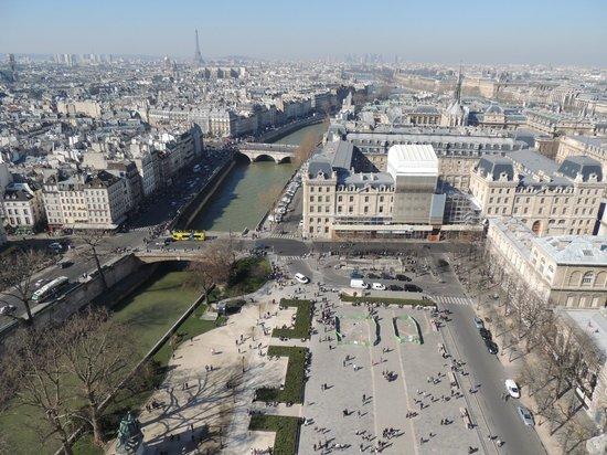 Tours de la Cathedrale Notre-Dame : towards the eiffel tower