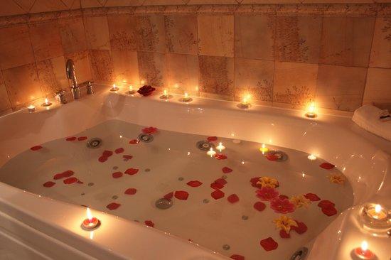 Spa Domus Aurea: Bañera de la suite