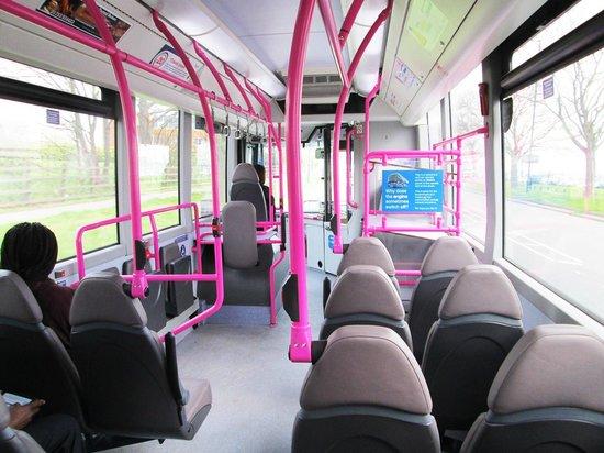 Heathrow Hotel Bath Road: Ônibus de uma das linhas que servem o hotel