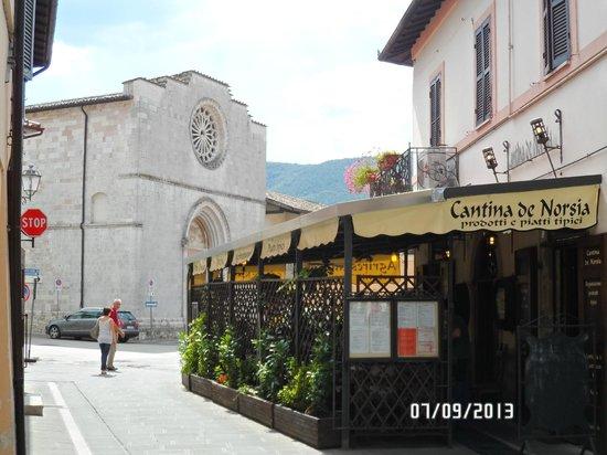 """Esterno""""Cantina de Norsia"""", con sfondo""""Chiesa di S.Francesco"""""""