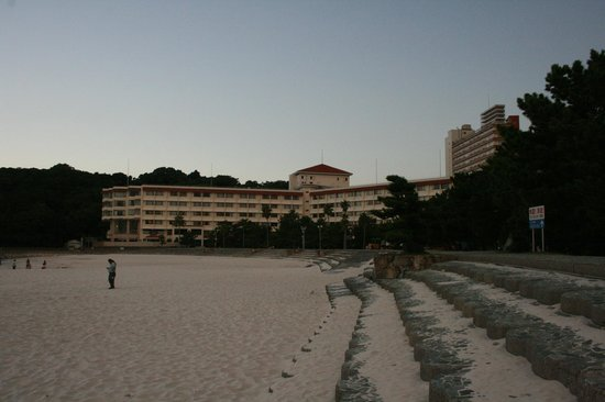 Shiraraso Grand Hotel : Hotel from Beach