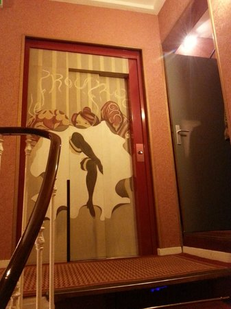Hôtel des Arts - Montmartre: The lift doors on the first floor.