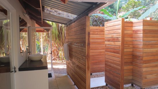 Casa Cecilia : outdoor shower & sink