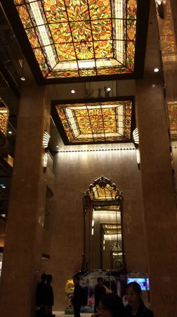 Regal Kowloon Hotel: beautiful mirror and ceiling