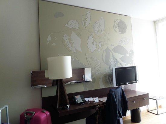 Dutch Design Hotel Artemis : Tv and dresser with mirror