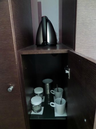 Dutch Design Hotel Artemis: Water cooker with mugs, coffee, cream and sugar