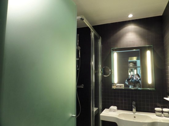 Dutch Design Hotel Artemis: Simple and practical bathroom