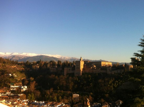 Play Granada: Amazing view on the Alhambra and Sierra Nevada in the sunset