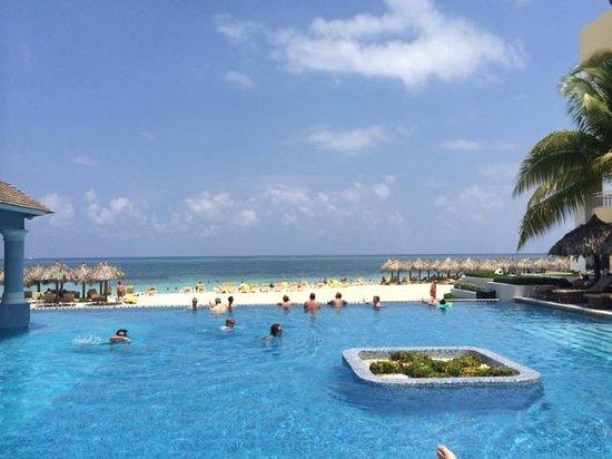 Iberostar Grand Hotel Rose Hall: swim up bar pool and beach view