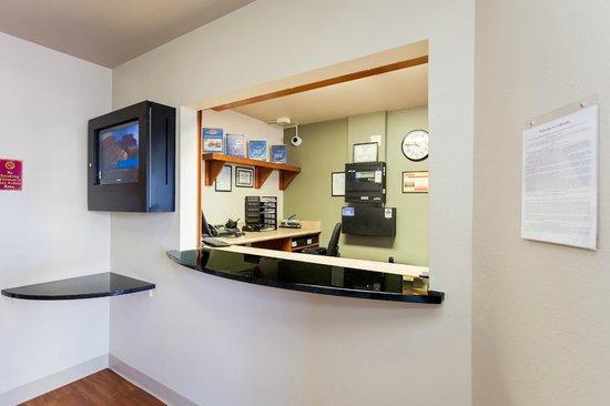 Value Place Colorado Springs: Front desk