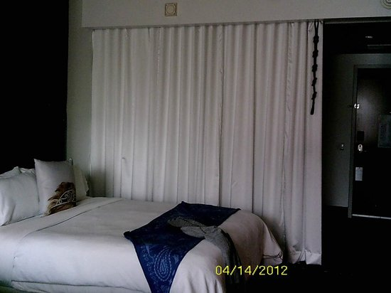 W Dallas Victory Hotel: sleeping area with curtain separating the sink and shower area