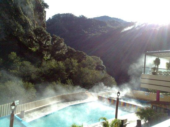 Hotel y Aguas Termales de Chignahuapan: Vista desde el pasillo que conduce hacia la alberta techada