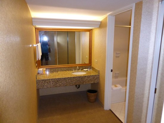 Hyatt Regency Waikiki Resort & Spa : Powder room ajoining small bathroom
