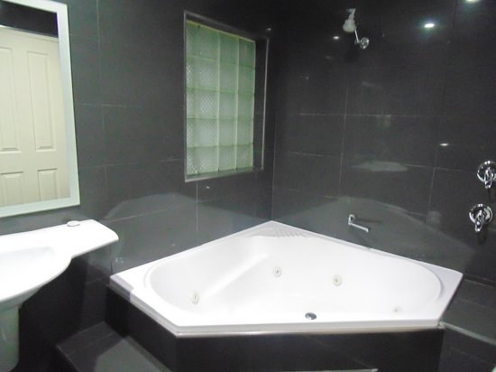 Jesmond Executive Villas: Spa tub and shower