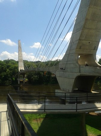 New Life Piracicaba Apart Hotel: Ponte de pedestra na Avenida Beira Rio, próximo ao Engenho Velho.