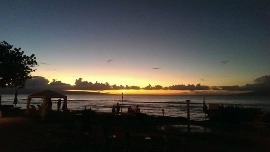 Ka'anapali Beach Club : Sunset from the poolside bar with a beautiful soundtrack