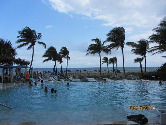 B Ocean Resort Fort Lauderdale: The pool and beach