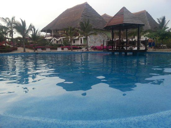 Jacaranda Beach Resort : Esterno bar - Piscina
