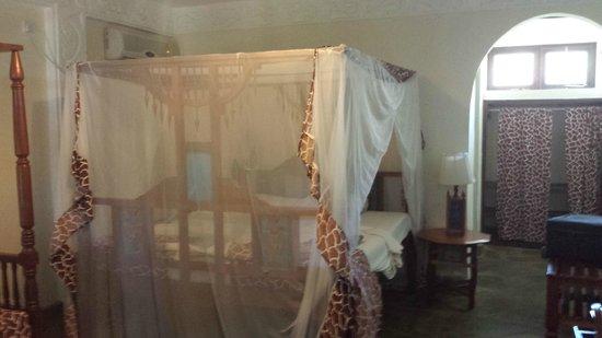 Jacaranda Beach Resort: Interno della stanza