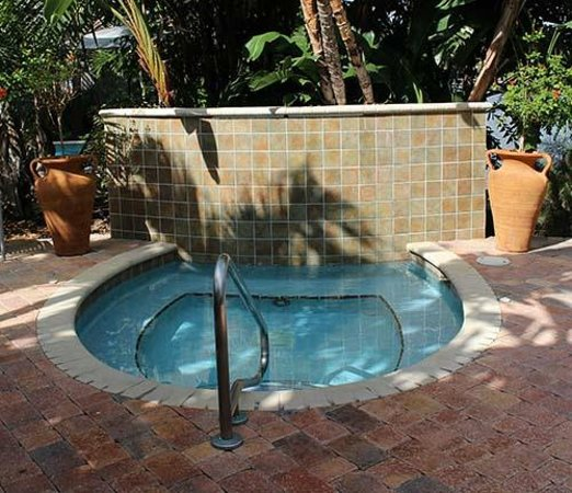 The Cabanas Guesthouse & Spa: 8 man jacuzzi