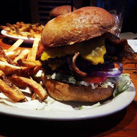 Glacier Haus Bistro & Pizza: Mt. Hood Burger