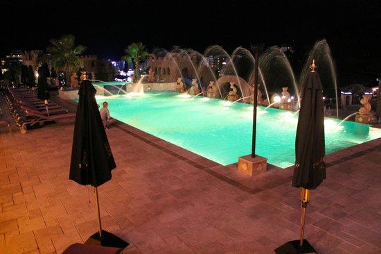 Hotel Royal Castle: ночной вид бассейна