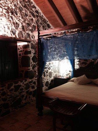 Hotel Rural Mahoh: Vi tres de las habitaciones y eran muy bonitas, muy limpias y con detalles rústicos .