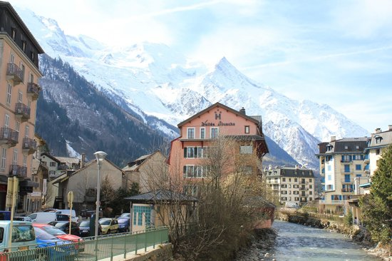 Hotel la Vallee Blanche: View of the hotel from Av. Michel Croz