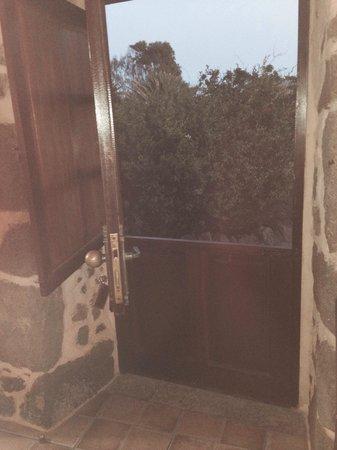 """Hotel Rural Mahoh: La puerta de la entrada de la habitación era como las de antes( """"partidas"""") . Te sitúas en época"""