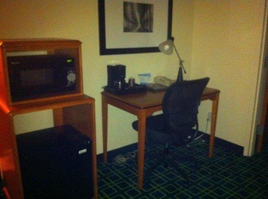 Fairfield Inn & Suites Dallas DFW Airport North/Irving: Quarto com microondas, frigobar e area pra trabalhar!