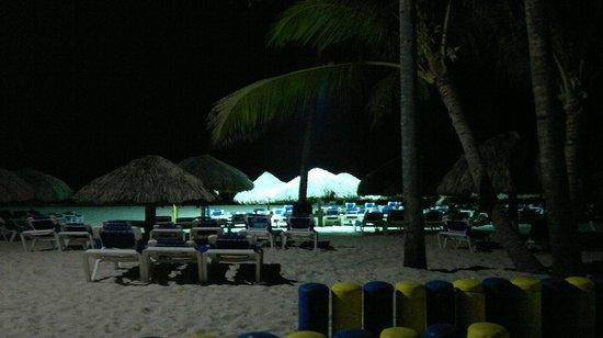 Tropical Princess Beach Resort & Spa: Vista noturna da praia