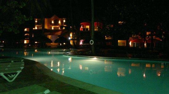 Tropical Princess Beach Resort & Spa: Vista noturna da piscina