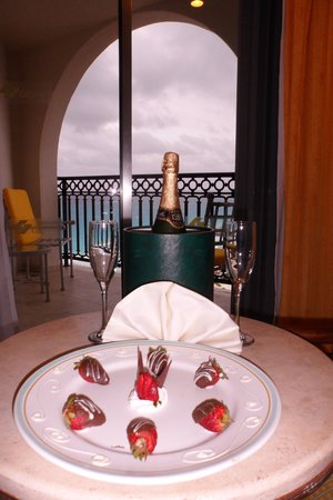 GR Solaris Cancun: Chocolate-dipped strawberries and Champagne