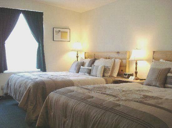 Country River Inn: Room one -  2 queen beds, private bath, nonsmoking