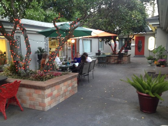 Cafe Zuppina: Outside Seating. Ask for it.
