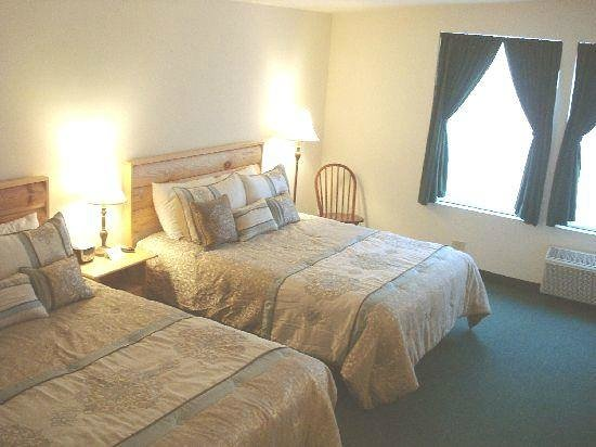 Country River Inn: Room two - 2 queen beds, private bath, nonsmoking