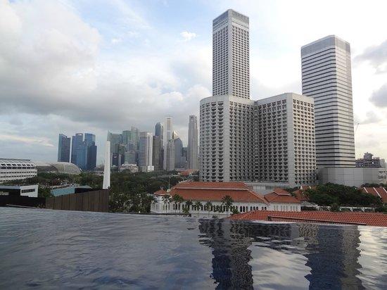 Naumi Hotel: infinity pool