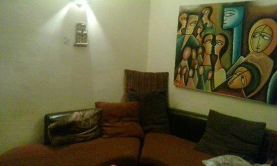 Allgirlz Hostel: Kitchen/living room